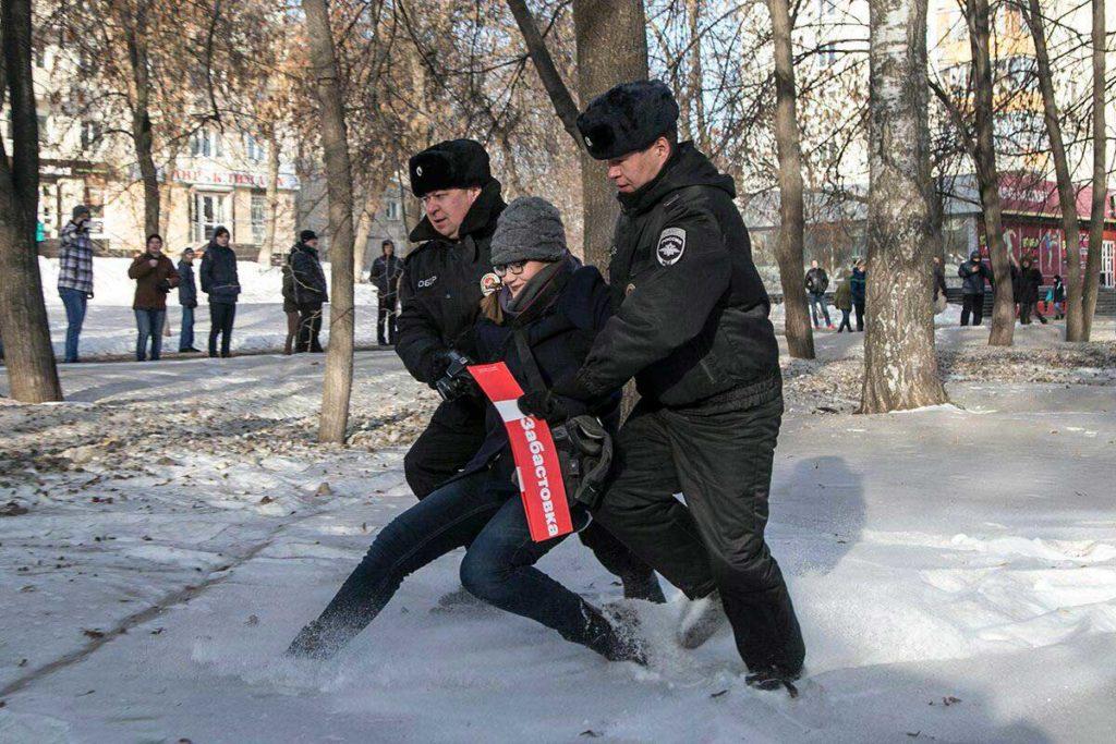 Полицаи крутят Саньку